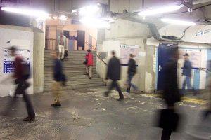 Passants solitaires dans les couloirs du métro