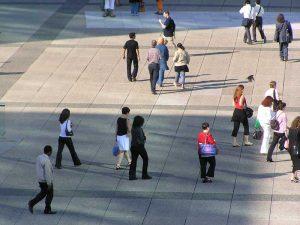 Passants sur l'Esplanade de La Défense